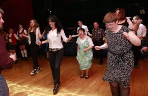 Powerband Tirol - Menschen mit Beeinträchtigung tanzen in einem Saal